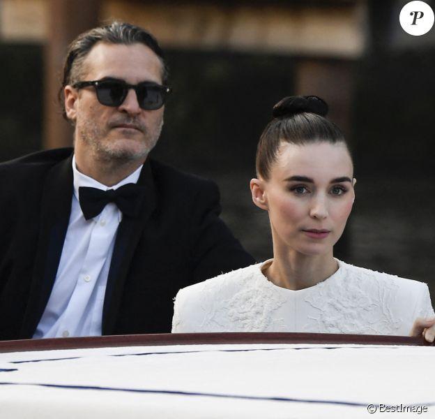 Info - Joaquin Phoenix et Rooney Mara bientôt parents pour la première fois - Joaquin Phoenix et sa fiancée Rooney Mara en bateau lors du 76ème Festival du Film de Venise, la Mostra à Venise en Italie.