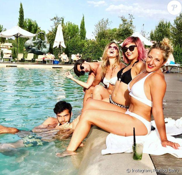 Marilou Berry en bikini avec des amies à Rome.