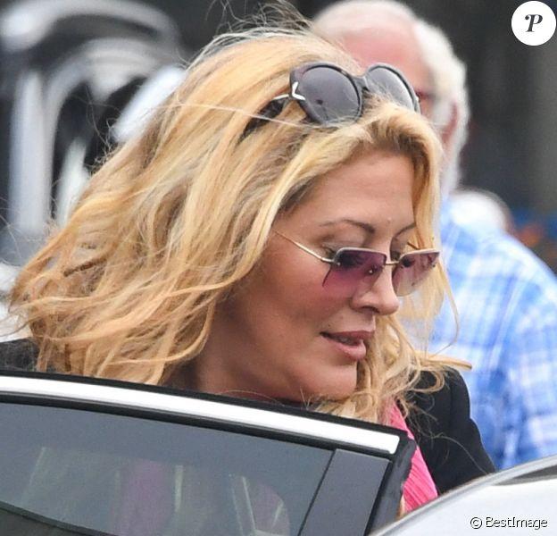 Loana Petrucciani quitte l'aérogare d'Orly Ouest puis monte dans un taxi