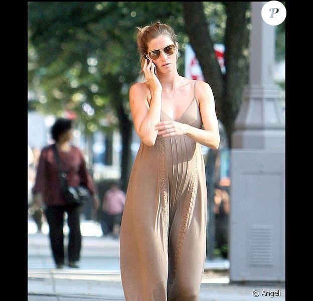 Gisele Bündchen dans les rues de Boston avec son joli ventre arrondi le 24/09/09