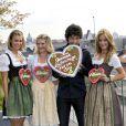 Adrian Grenier à Munich et en bonne compagnie