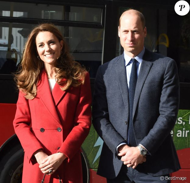 "Le prince William, duc de Cambridge, et Kate Middleton, duchesse de Cambridge, visitent l'exposition photographique du projet ""Hold Still"" à Waterloo Station à Londres"