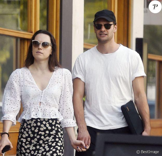 Exclusif - Daisy Ridley (Star Wars) est allée déjeuner chez sa mère Louise Fawkner-Corbett avec son fiancé Tom Bateman dans le quartier de Notting Hill à Londres