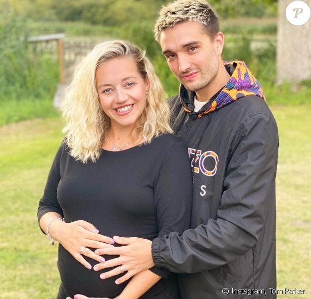 Le chanteur Tom Parker et son épouse Kelsey Parker, enceinte.