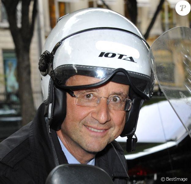"François Hollande sur son scooter- Gala de la fondation ""culture et diversité"" au théâtre du rond-point à Paris."