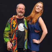 La belle Lily Cole dans les bras de Terry Gilliam... elle adore !