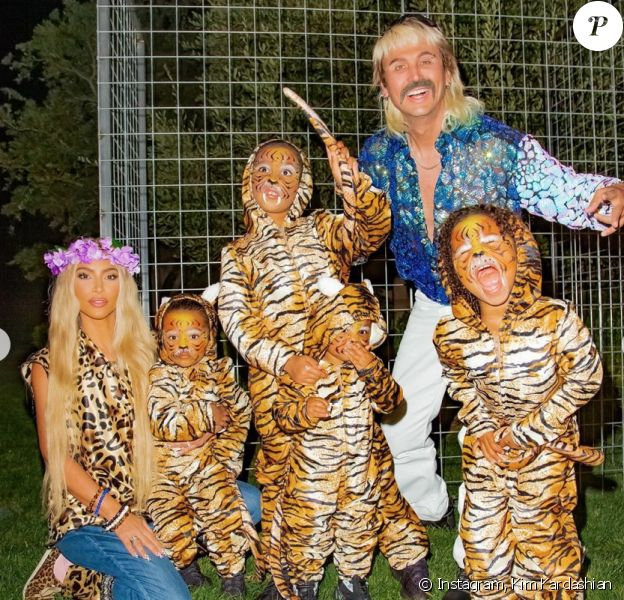 Kim Kardashian, déguisée en Carole Baskin pour Halloween, avec son ami Jonathan Cheban (en Joe Exotic) et trois de ses 4 enfants, maquillés en tigres.