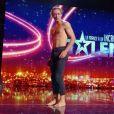 """Antony Cesar, danseur, sangliste et acrobate, dans l'émission """"La France a un incroyable talent"""" sur M6. Le 3 novembre 2020."""