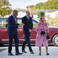 La reine Elisabeth II d'Angleterre et le prince William, duc de Cambridge, visitent le laboratoire des sciences et de la technologie de la défense (DSTL) à Porton Down, le 15 octobre 2020.