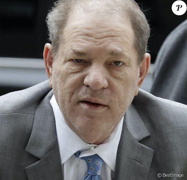 Harvey Weinstein arrive en déambulateur au tribunal de New York.