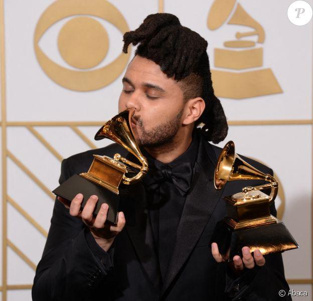 The Weeknd et ses deux Grammys aux 58e Grammy Awards.