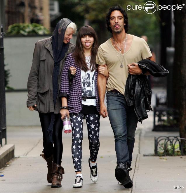 Lourdes, son papa Carlos Leon, et sa fiancée à New York. Ils s'amusent comme des petits fous. 03/10/09