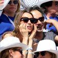 Laura Smet et son compagnon Raphaël dans les tribunes lors du tournoi de tennis de Roland Garros à Paris.