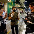 Romain Grosjean, les mains bandées, retrouve l'écurie dans les paddocks du grand prix de Sakhir, au Bahreïn. Le 3 décembre 2020.