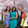 Le président américain Barack Obama, sa femme Michelle Obama et leurs filles Malia et Sasha posent en famille avec leurs chiens Bo et Sunny dans le jardin Rose de la Maison Blanche le dimanche de Pâques, à Washington, en 2015.