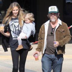 Exclusif - Josh Brolin se promène avec sa femme Kathryn Boyd et sa fille Westlyn Reig dans le quartier de Malibu à Los Angeles, le 17 février 2020
