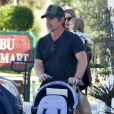 """Exclusif - Josh Brolin va faire des courses en famille, avec sa femme Kathryn et leur fils Westlyn, au centre commercial """"Malibu Country Mart"""" à Malibu, le 4 février 2020"""