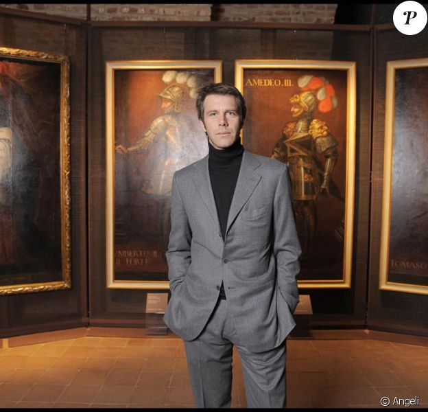 Le prince Emmanuel Philibert de Savoie devant les tableaux de ses ancêtres...
