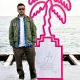 """Jonathan Cohen (habillé en Ralph Lauren) lors du photocall pour la série """"La Flamme"""" lors du festival Canneseries à Cannes le 9 octobre 2020. © Bruno Bebert / Bestimage"""