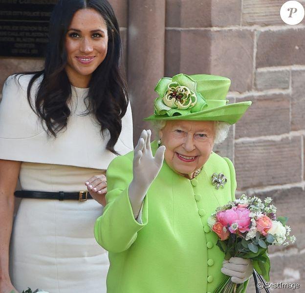 Meghan Markle, duchesse de Sussex, effectue son premier déplacement officiel avec la reine Elisabeth II d'Angleterre, lors de leur visite à Chester.