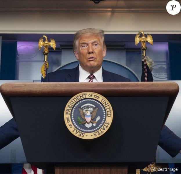 Le président américain Donald Trump donne une conférence de presse à la Maison Blanche à Washington, en présence de l'ancien maire de New York, R. Giuliani.