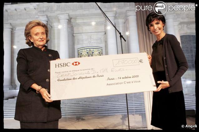 """Rachida Dati remet un chèque de 170 000 euros à Bernadette Chirac au dîner organisé par """"C'est à vous"""", au profit de la Fondation des Hôpitaux de Paris-Hôpitaux de France. 14/10/09"""
