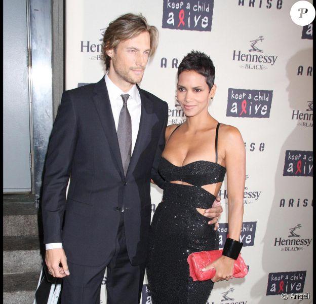 Halle Berry et son compagnon Gabriel Aubry lors du gala de charité Black Ball à New York le 15 octobre 2009 : le couple rayonne littéralement !