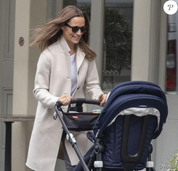 Pippa Middleton se balade dans les rues de Londres avec son fils Arthur (1 an).