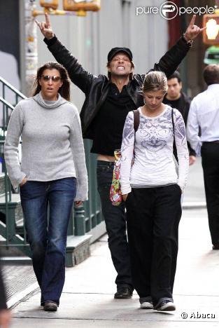 Jon Bon Jovi et les deux femmes de sa vie, Dorothea et Stephanie, dans Soho, début octobre 2009