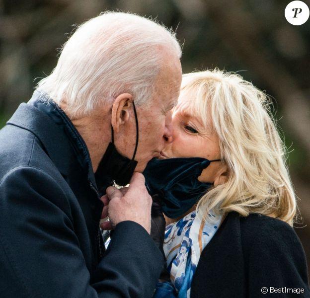 Le président américain Joe Biden embrasse sa femme Jill avant de visiter le centre médical militaire de Bethesda dans le Maryland. Washington.