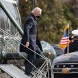 Le président américain Joe Biden embrasse sa femme Jill avant de visiter le centre médical militaire de Bethesda dans le Maryland, le 29 janvier 2021. Washington.