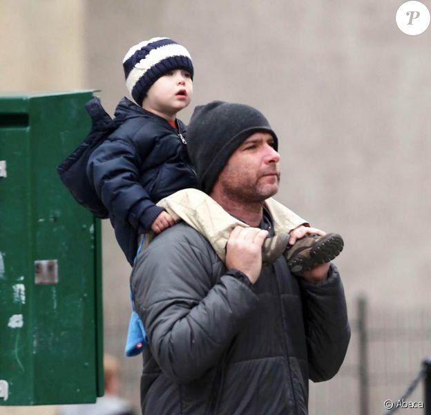 Liev Schreiber rentre chez lui après avoir emmené ses enfants Alexander Pete et Samuel Kai au parc à New York le 16 octobre 2009