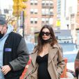 Emily Ratajkowski, enceinte, et son mari Sebastian Bear-McClard se promènent à New York, le 26 février 2021.