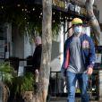 Exclusif - Armie Hammer se promène avec Paige Lorenze à Los Angeles sur Sunset Boulevard à la recherche d'un endroit où manger à Los Angeles, le 13 décembre 2020. N'ayant rien trouvé à leur convenance, ils retournent chez Paige. L'acteur de 34 ans a été aperçu avec un certain nombre de femmes depuis sa séparation avec sa femme E.Chambers plus tôt cette année.