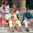 Diana, Charles et leurs fils, William et Harry, en vacances avec la famille royale espagnole en 1987 avec Juan Carlos, la reine Sofia, le prince Felipe et la princesse Elena.