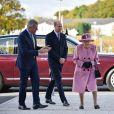 La reine Elizabeth II d'Angleterre et le prince William, duc de Cambridge, visitent le laboratoire des sciences et de la technologie de la défense (DSTL) à Porton Down, le 15 octobre 2020.