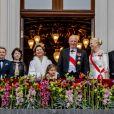la princesse Ingrid Alexandra, la princesse Emma Tallulah Behn, le prince Sverre Magnus, la princesse Maud Angelica Behn, la reine Sonja, la princesse Leah Isadora Behn, le roi Harald V, la princesse Mette-Marit, le prince Haakon, la princesse Märtha Louise - Les familles royales au balcon lors du 80ème anniversaire du roi Harald et de la reine Sonja de Norvège à Oslo, Norvège, le 9 mai 2017.
