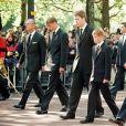 Le prince Philip, duc d'Edimbourg, le prince William, le comteCharles Spencer, le prince Harry et le prince Charles lors de la procession funéraire de la princesse Diana. Le 6 septembre 1997