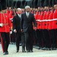 Nelson Mandela et le prince Philip, duc d'Edimbourg, inspectent les troupes a Londres en juillet 1996.