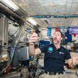 Thomas Pesquet mange des macarons dans la Station Spatiale ISS.