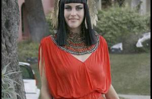 Liv Tyler : Accompagnée de son fils et de son nouveau chéri... elle se déguise en Cléopatre sexy !