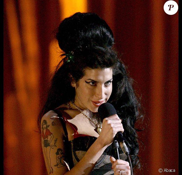 Amy Winehouse sur la scène des Brits Awards