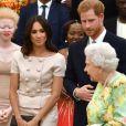 """Le prince Harry, duc de Sussex, Meghan Markle, duchesse de Sussex, la reine Elisabeth II d'Angleterre - Personnalités à la cérémonie """"Queen's Young Leaders Awards"""" au palais de Buckingham à Londres"""
