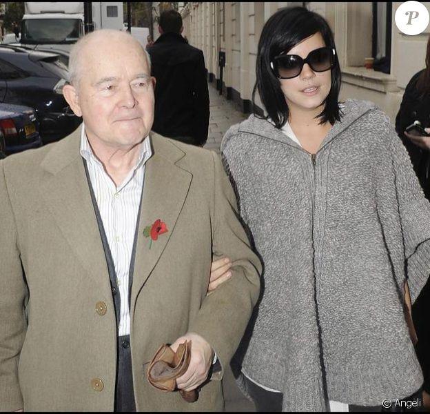 Lily Allen et son grand-père Edward à Londres (10 novembre 2009)