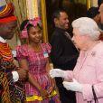 """La reine Elisabeth II, Achaleke Christian Leke (Vainqueur du prix """"Africa Regional of the Commonwealth Youth Award"""") et Shamoy Hajare (Vainqueur du prix """"Caribbean Regional"""") lors de la réception annuelle du """"Commonwealth Day"""" à Londres. Le 14 mars 2016"""