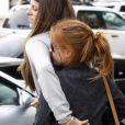 Isla Fisher se cache derrière son amie afin d'éviter les photographes à Los Angeles le 11 novembre 2009