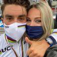 Julian Alaphilippe sacré champion du monde à Imola, en Italie, sa compagne Marion Rousse (consultante pour France Télévisions) à ses côtés.
