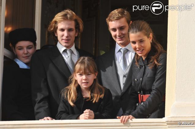 Andrea, Pierre, Charlotte Casiraghi et Alexandra de Hanovre pour le salut depuis le balcon du Palais de Monaco le jour de la fête nationale le 19 novembre 2009