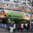 Ce dimanche 22 novembre, à l'occasion de l'avant-première parisienne du film Arthur et la Vengeance de Malthazard, sur les Champs-Elysées, un décor aux couleurs du film était installé au Gaumont Marignan.