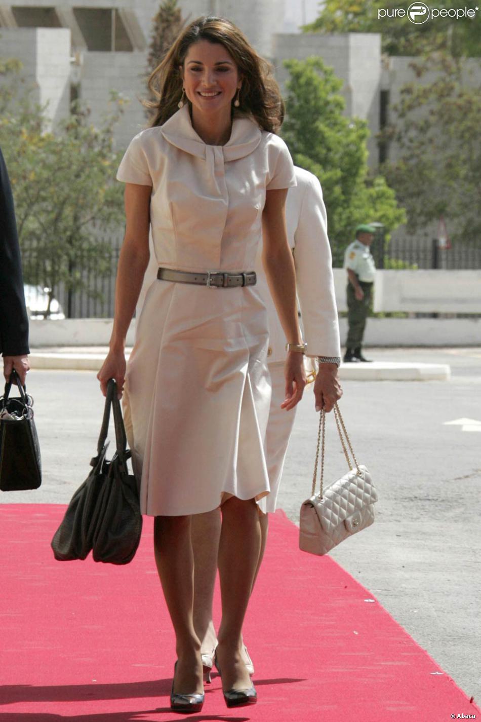 Une reine tellement raffinée dans sa robe crème ceinturée ...